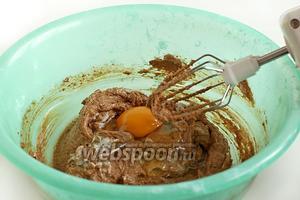 По 1 добавлять яйца и взбивать до пышного крема. Сразу добавить муку с разрыхлителем и щепотку соли. Смешивать всё ложкой или лопаткой.