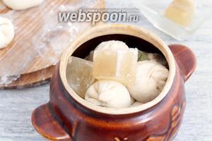 Заполнить доверху и под крышкой убрать в раскалённую духовку, на следующий час. Держать при температуре 190°С. Замороженный бульон можно легко заменить жидким, обычной приправленной специями водой.