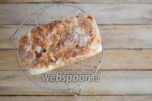 Вынимаем сразу же хлеб из формы и снимаем бумагу, пока образовавшаяся карамель не застыла (потом это сделать будет тяжело). Даём хлебушку остыть, нарезаем ломтиками и наслаждаемся его вкусом.