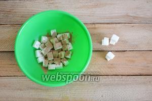 В отдельной миске смешиваем сахар рафинад с корицей.