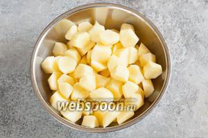 Сырую картошку чистим и режем на довольно крупные кусочки, которые, однако, всё-таки реально съесть за 1 укус, а не нужно резать.