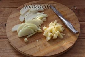 Пока капуста тушится-обжаривается, нарежем репчатый лук полукольцами. Картофель очистить и нарезать небольшим кубиком.