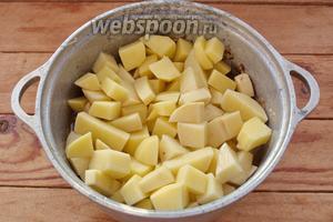 Теперь добавьте в казан нарезанный картофель. Залейте водой. Добавьте томатную пасту. Перемешайте. Казанчик накройте крышкой и на медленном огне тушите до готовности картофеля.