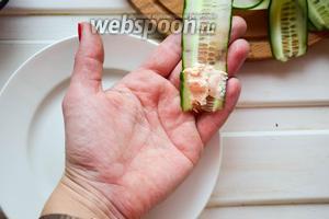 Выложить одну чайную ложку пасты с креветками на край огуречной ленты и свернуть роллом.  Хорошая мысль пришла ко мне в самом конце:) Берете кондитерский мешок и отправляете всю креветочную пасту в него. Огурец наматываете вокруг пальца, снимаете колечко и наполняете его пастой)) Все просто и мгновенно! Скрепить зубочисткой!)