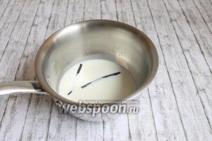 Итак, нагреем молоко со стручком ванили. Желатин зальём водой.