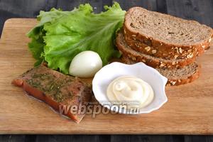 Подготовьте необходимые ингредиенты для приготовления блюда: солёную красную рыбу, ломтики ржаного и зернового хлеба, лук, листья салата и майонез — у меня лёгкий.