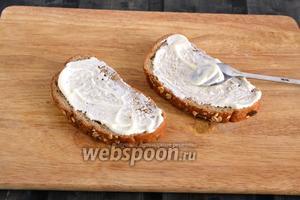 Смажьте 4 (на фото для удобства только 2) ломтика хлеба майонезом.
