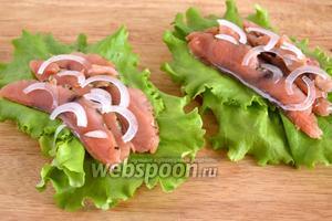 Добавьте тонкие колечки или полукольца лука. Лук лучше всего использовать сладкий, салатных сортов — белый или красный.