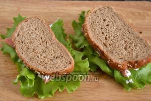 Накройте оставшимися 4 кусочками хлеба. Сэндвич с красной рыбой готов. Приятного аппетита!