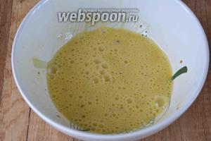 В отдельной миске вилкой или венчиком быстро взбиваем яйца с солью в однородную смесь.