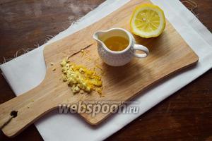 Лимон мелко нарезать, чеснок также измельчить. Сложить измельчённые продукты в креманку с маслом и оставить для маринования на 10-15 минут.