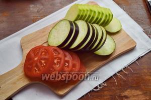 Овощи нарежем колечками, толщиной около 1 см.
