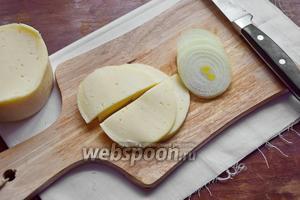Сыр нарезать пластинами, лук кружочками.