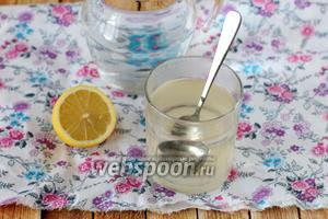 Сахар растворяем в тёплой воде, а чистую питьевую воду — охлаждаем. Можно заранее поместить её в холодильник, или просто перед самим приготовлением газировки добавить в неё кубики льда.