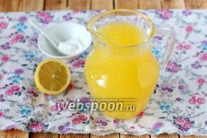 Когда кристаллики сахара растворятся, соединяем холодную воду, апельсиновый и лимонный сок, растворенный в тёплой воде сахар.