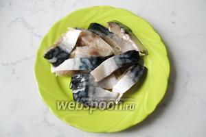 Солёная скумбрия с маслом готова.  Подаем на закуску, с кусочком чёрного хлеба или с горячим картофелем.