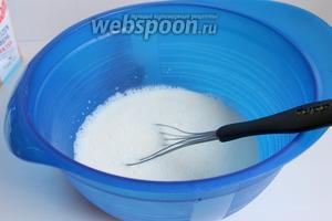 В сгущёнку заливаем кипяток. Размешиваем хорошо венчиком. И добавляем йогурт из холодильника.