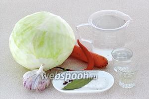 Для приготовления маринованной капусты нужно взять свежую белокочанную капусту, свежую морковь, чеснок, стручок острого красного перца, воду, уксус 6% концентрации, соль крупного помола, подсолнечное рафинированное масло, лавровый лист и чёрный перец горошком.