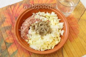 К фаршу добавляем капусту, лук, соль, перец чёрный молотый, вымешиваем с добавлением холодной воды.