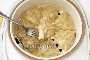 Готовые манты с капустой смазываем сливочным маслом, подаём горячими. Приятного аппетита!