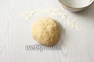 Добавляя остальную муку, замешиваем эластичное тесто. Тесто накрываем миской и даём ему отдохнуть 20-30 минут.