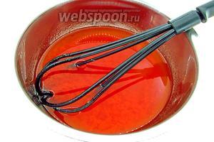 Хорошо перемешать масло и томатный соус.