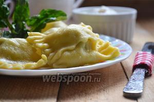 Шумовкой достаем готовые «пельмешки» и подаём на стол. Если сварить их в бульоне можно подавать вместе с ним как суп, а можно со сливочным маслом или домашней сметаной. Приятного аппетита.