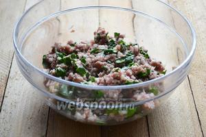Мясо перемалываем мясорубкой и смешиваем со шпинатом и луком. По вкусу добавляем соль. Накрываем пищевой плёнкой и отправляем в холодильник на 20-30 минут.