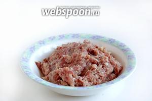 Мясо прокрутить на мясорубке вместе с луком.