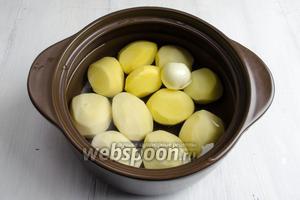 Картофель очистить от кожуры. Вымыть. Выложить клубни в кастрюлю. Залить водой. Поставить на огонь и варить до готовности на среднем огне.