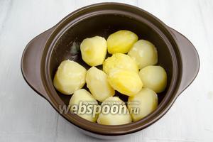Когда картофель будет готов, воду полностью слить, накрыть полотенцем и на самом маленьком огне отпарить до побеления картофеля. То есть подсушить его до тех пор, пока не испарится вся влага. Это делается для того, чтобы картофель впитал в себя больше масла и молока.