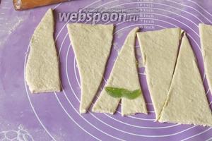 Делаем надрез и выкладываем мармелад. Рекомендую положить мармелада побольше, так вкуснее.