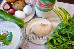 Для окрошки нам понадобятся свежие огурцы, варёные картофель и яйца, редис, отварная куриная грудка, айран, зелёный лук, петрушка и укроп.