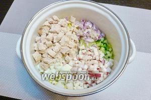 Нарежем варёное мясо, редис и 0,5 сладкого лука. Кладём к нарезанным овощам.