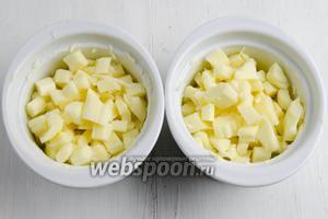 Выложить подготовленный сыр в формы.