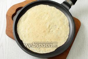 Сковороду смазываем маслом, перед выпечкой первого блина. Наши блины обжариваем на хорошо разогретой сковороде.