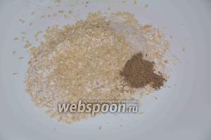 На плоско тарелке овсяную муку соединить с солью, кунжутом и чёрным молотым перцем.