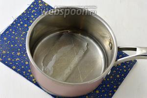 Пластины желатина замочить в воде на 15 минут.