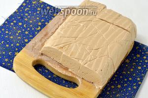 Доску посыпать какао или смесью какао и сахарной пудры. Вывернуть содержимое из формы на доску. Плёнку снять. Зефир нарезать на кубики 2,5х2,5 см. По желанию обсыпать зефир со всех сторон какао или сахарной пудрой.