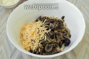 Добавить в салатник остывшие шампиньоны с луком и натёртый сыр.