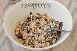 Смешать все ингредиенты. Салат готов! Орехами салат посыпается сверху при подаче, но по желанию орехи можно также добавить в салат сразу. Приятного аппетита!