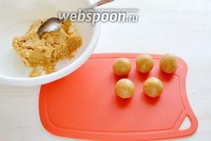 И начинаем из полученной сладкой массы формировать небольшие шарики, можно их сделать размером с грецкий орех. Я пользовалась десертной ложкой и выкладывала сразу на лист.