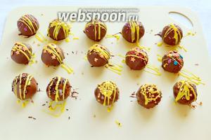 Украшаем посыпкой и шоколадной глазурью, как только шоколад начнет застывать, отправим в холодильник минут 10-15.