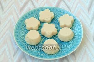 Готовые «Яблочные облака» перевернуть на блюдо. Подавать можно, поливая яблочным вареньем или жидким мёдом. Приятного аппетита!