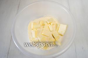 Добавить холодное сливочное масло, нарезанное кубиком. Растереть его с мукой.