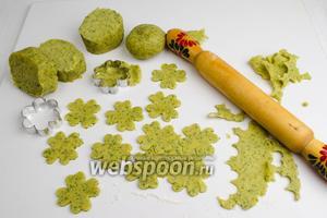 Тесто разделить на части для удобства. На подпыленную мукой доску выложить часть теста. Раскатать его толщиной 5-7 мм. С помощью вырубки вырезать заготовки печенья.