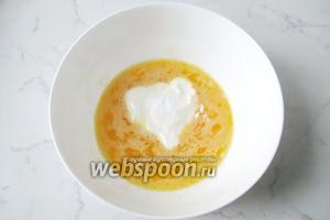 Выложить в миску сметану с 1 чайной ложкой соды без горки, перемешать.