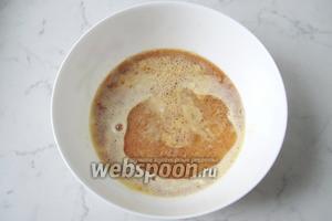 Добавить корицу и подсолнечное рафинированное масло.