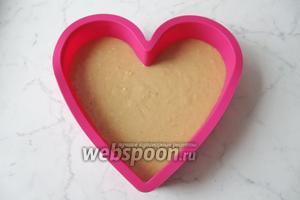 Выложить тесто в форму в виде сердца.