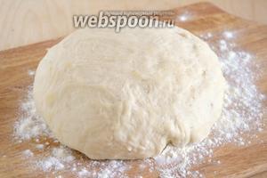Дрожжевое тесто в мультиварке готово, можно приступать к разделке и выпечке.